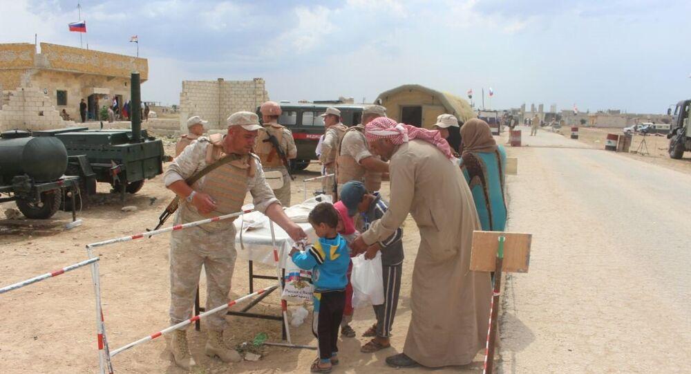 جنود روس يقدمون المساعدة خلال عودة الأهالي في ريف إدلب