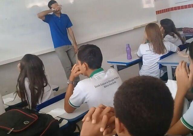طلاب يقومون بجمع مبلغ مالي لمعلمهم الذي لم يتلقى راتبه منذ شهرين