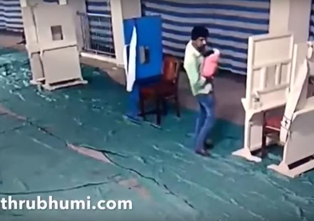 أب يترك ابنه قرب كنيسة في الهند