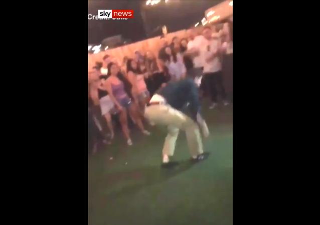عميل مكتب التحقيقات الفدرالية يطلق النار أثناء أداءه رقصة
