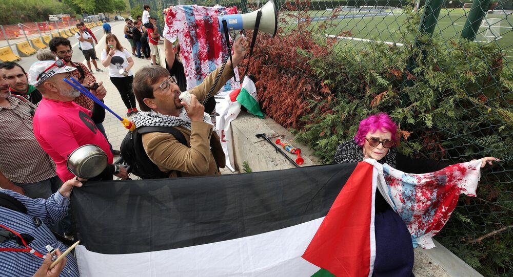 معارضون على إقامة المباراة الودية بين الأرجنتين و إسرائيل أمام مقر تدريبات المنتخب الأرجنتيني في إسبانيا