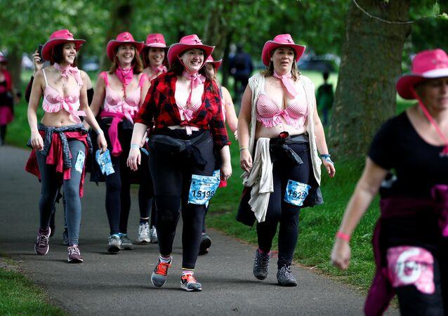 ماراثون لسيدات مشاركات في فعالية لجمع التبرعات لمعالجة سرطان الثدي