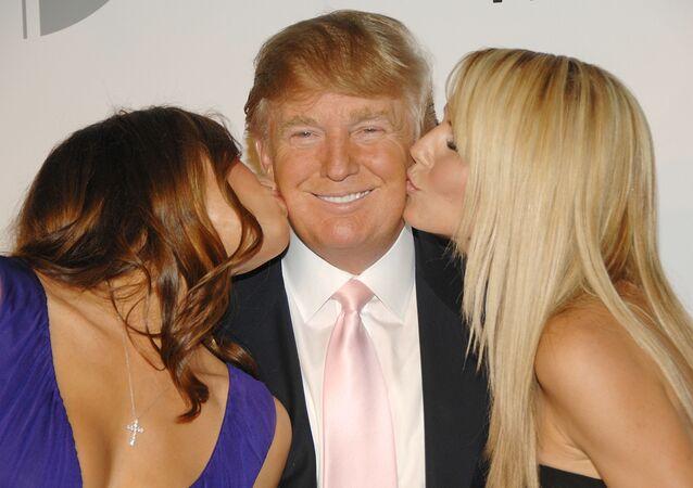 ترامب مع زوجته ميلانيا وعارضة أزياء
