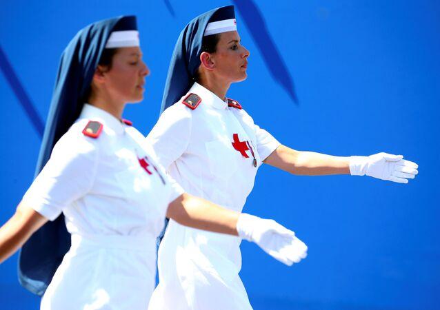 ممرضات في الصليب الأحمر الإيطالي خلال العرض العسكري بمناسبة يوم تأسيس الجمهورية في روما، إيطاليا 2 يونيو/ حزيران 2018