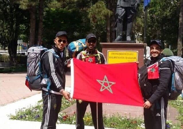 الكفيف المغربي عبد الخالق الإدريسي سيرا على الأقدام من بلده إلى روسيا