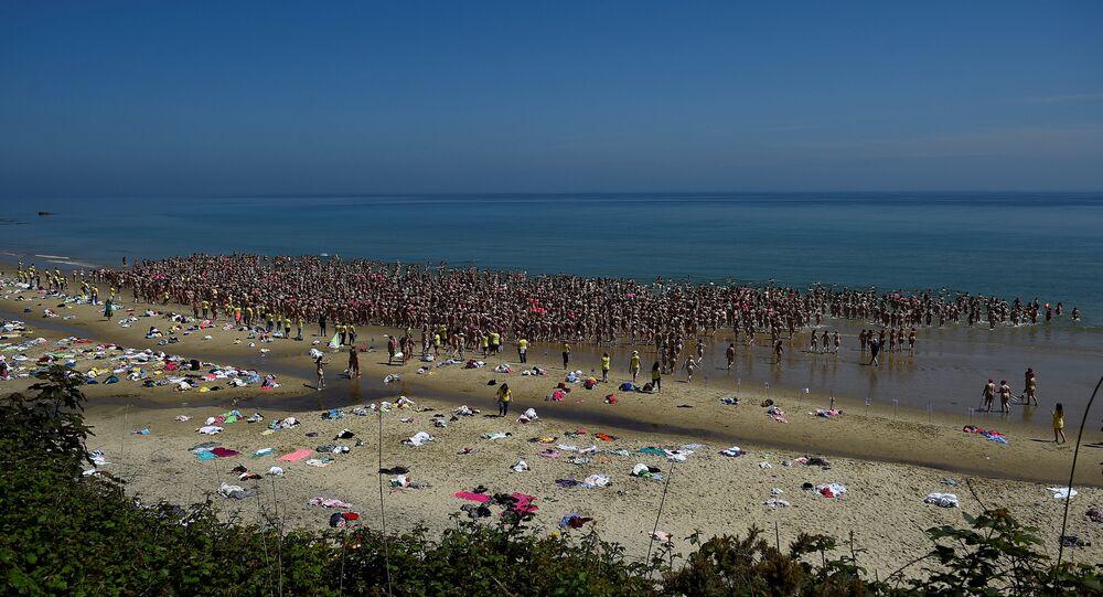 أكثر من 2500 امراة يحطمن الرقم القياسي للسباحة العارية