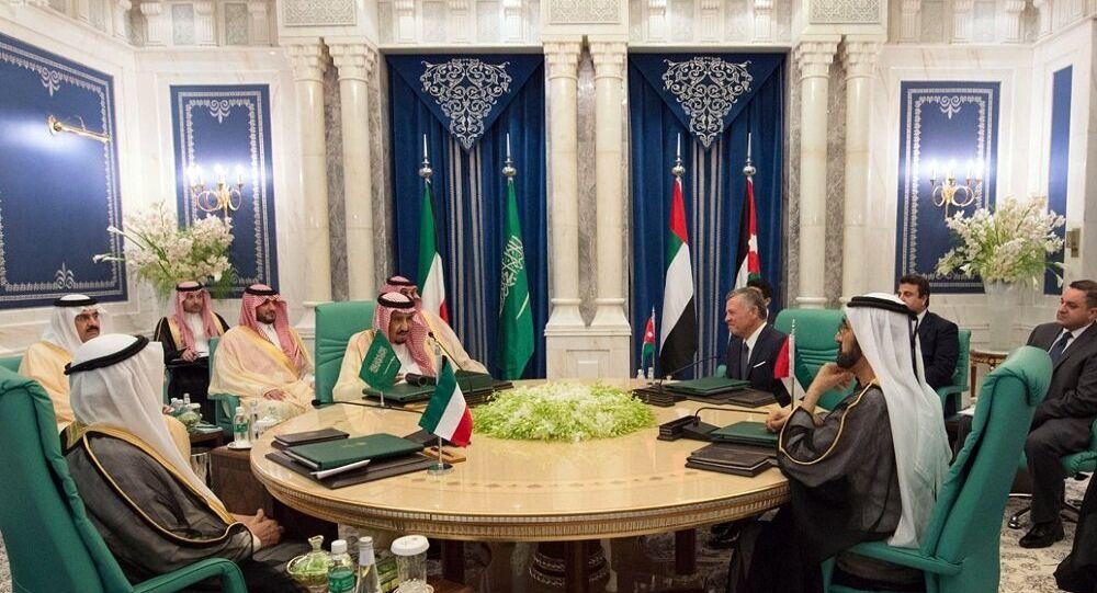 الملك سلمان وولي العهد مع قادة قمة مكة ينظرون على الكعبة