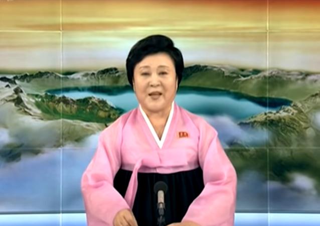 المذيعة الكورية الشمالية الأشهر تقرأ النشرة مبتسمة