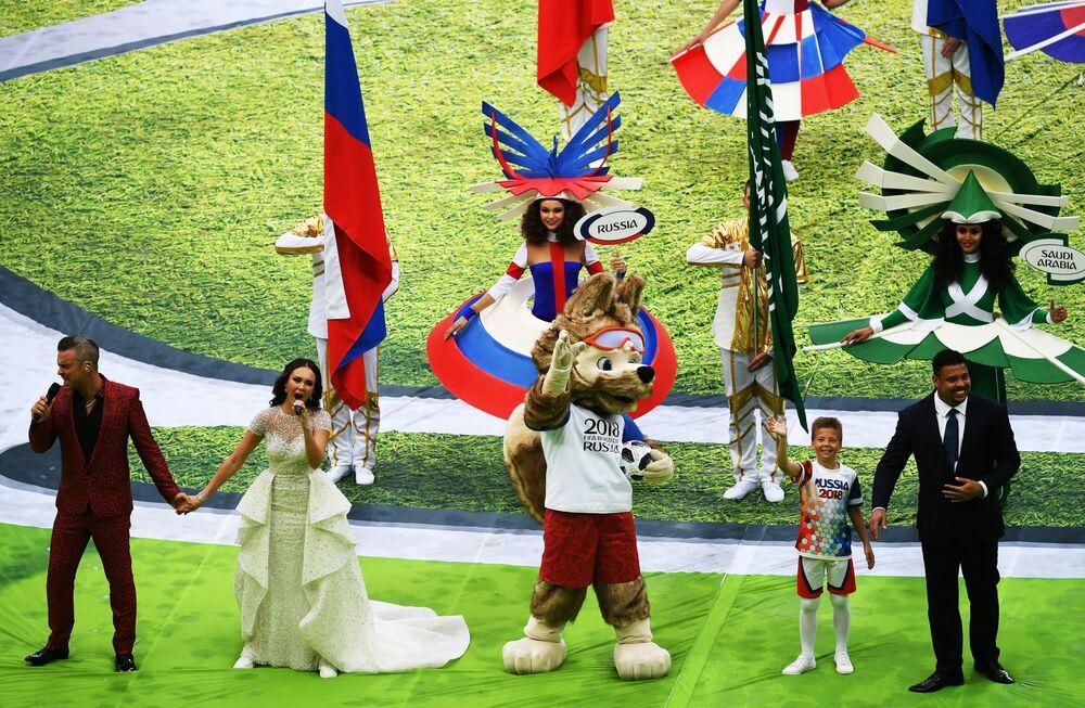 المغني البريطاني روبي ويليامز ومغنية الأوبرا الروسية أيدا غاريفورينا خلال مراسم حفل افتتاح بطولة كأس العالم فيفا روسيا 2018 في ملعب لوجنيكي بموسكو، روسيا 14 يونيو/ حزيران 2018