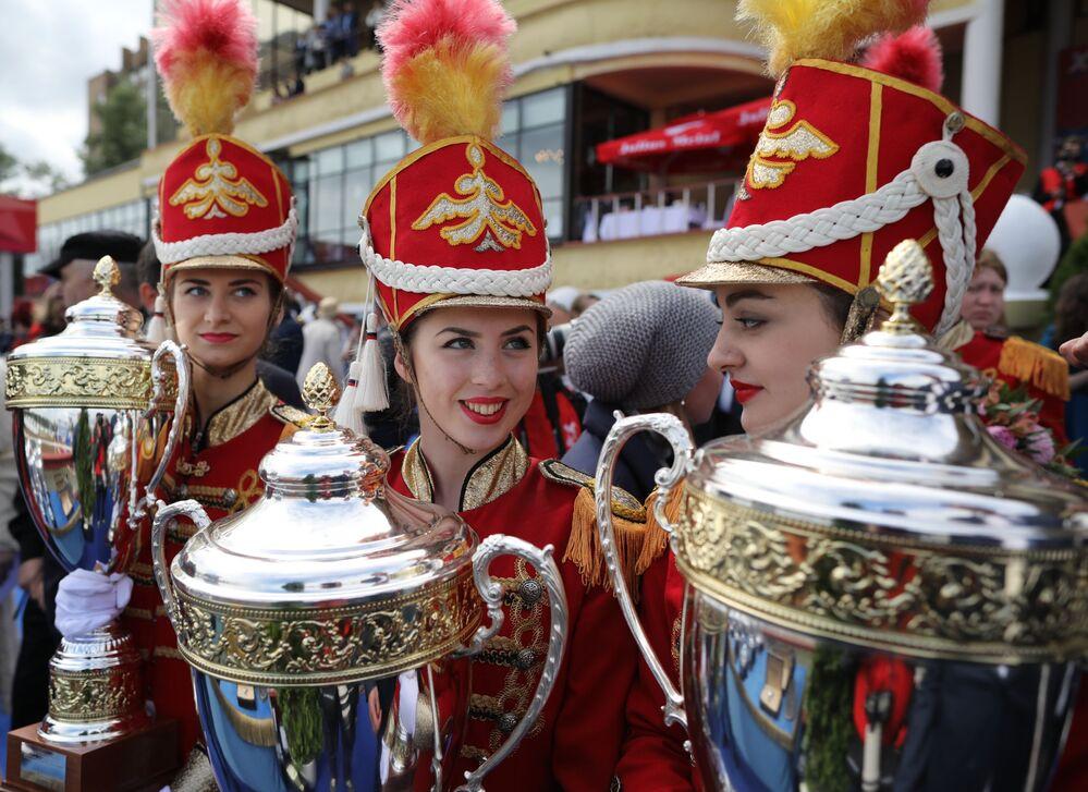 كؤوس الفائزين في سباق جائزة رئيس الاتحاد الروسي - 2018 في ميدان سباق الخيل في موسكو