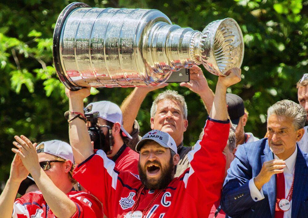 كابتن فريق النادي الأمريكيواشنطن كابيتلز الروسي أليكسندر أوفيتشكين وكأس ستينلي بعد الفوز بكأس البطولة في الهوكي