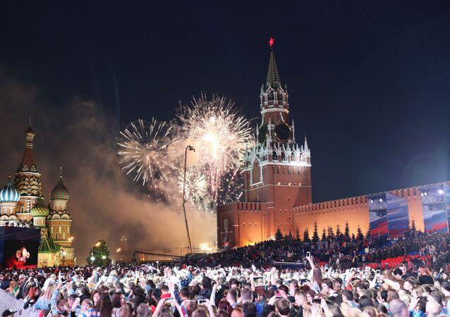 ألعاب نارية بمناسبة عيد يوم روسيا على الساحة الحمراء وسط موسكو