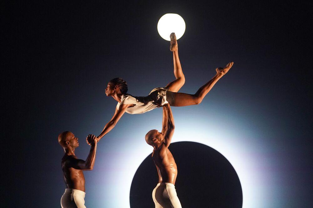 راقصو المسرح الأمريكي Alvin Ailey American Dance Theater على خشبة المسرح ديفيد كوخ في مركز لينكولن، نيويورك
