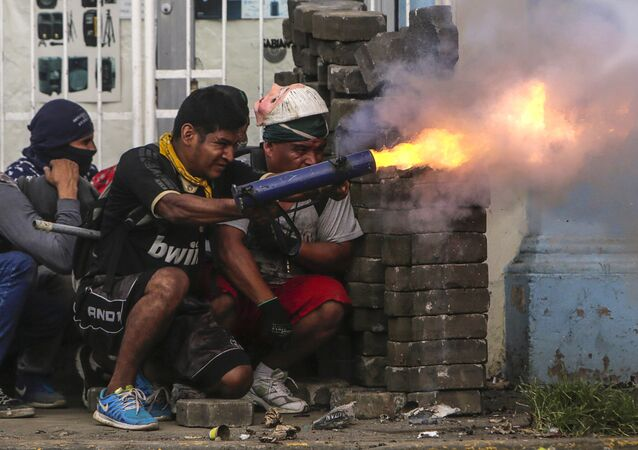 ناشط مناهض للحكومة يطلق قذيفة هاون خلال مواجهات مع شرطة مكافحة الشغب على حاجز في بلدة ماسايا، نيكاراغوا 9 يونيو/ حزيران 2018