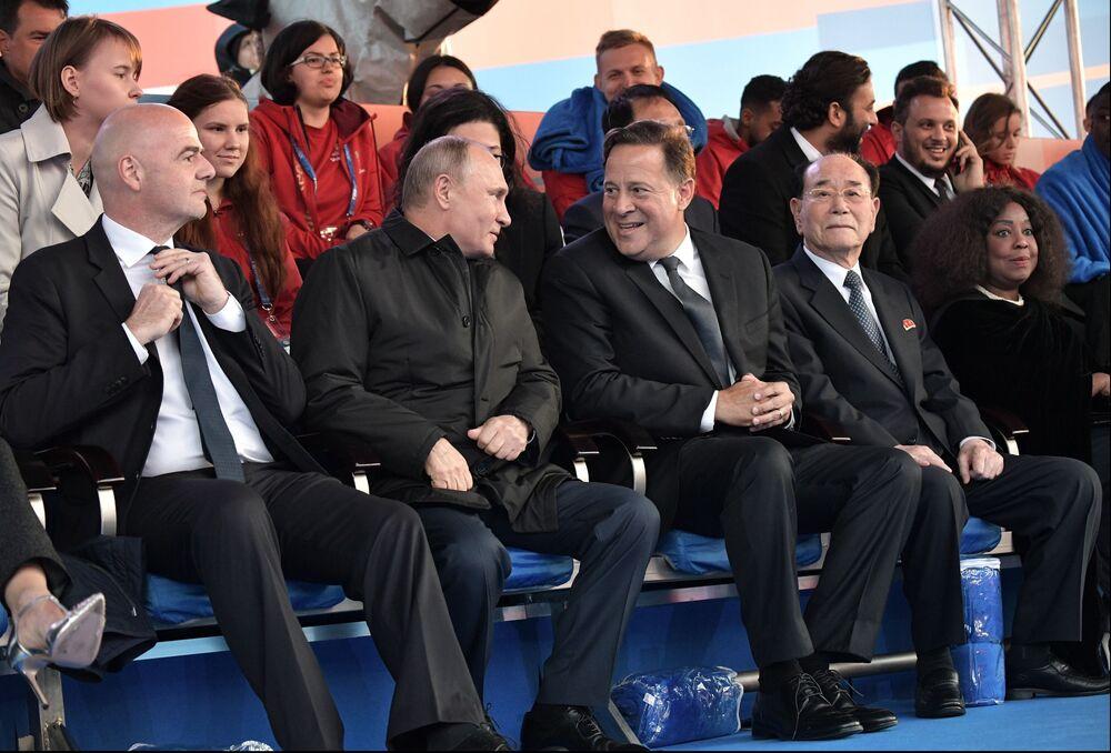 الرئيس فلاديمير بوتين، ورئيس فيفا جاني إنفاتينيو خلال مراسم حفل افتتاح بطولة كأس العالم فيفا روسيا 2018 في ملعب لوجنيكي بموسكو، روسيا 14 يونيو/ حزيران 2018