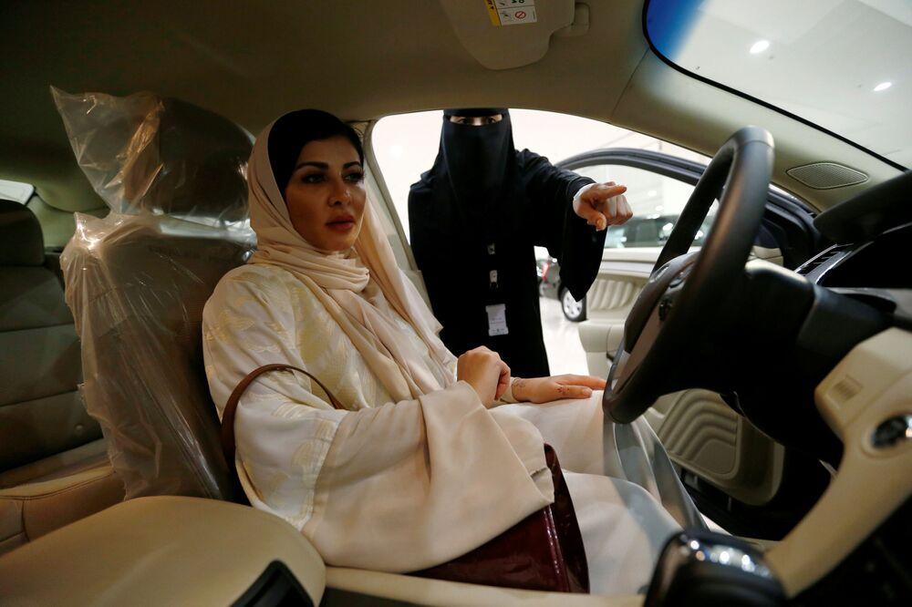 امرأة سعودية، فاطمة آل نصرالله، تتفقد سيارة جديدة في متجر لبيع السيارات في الرياض، السعودية 9 يونيو/ حزيران 2018