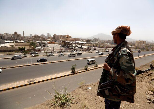 جندي يمني يقف أمام محطة وقود تعرضت للقصف في العاصمة صنعاء في اليمن