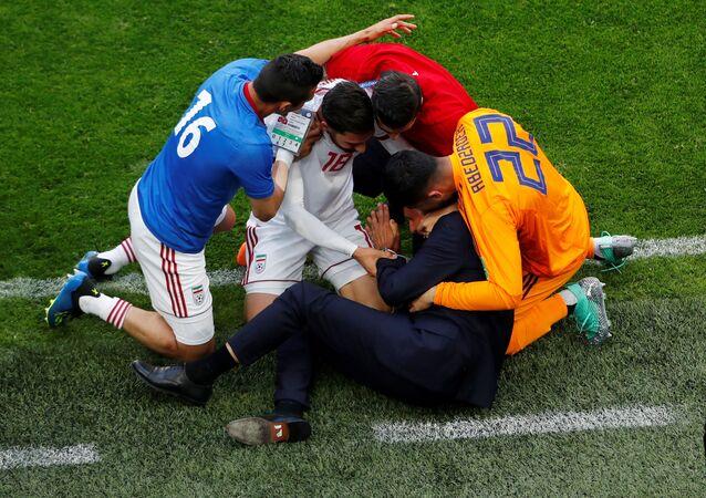 المدير الفني للمنتخب الإيراني يحتفل بهدف التقدم مع اللاعبين