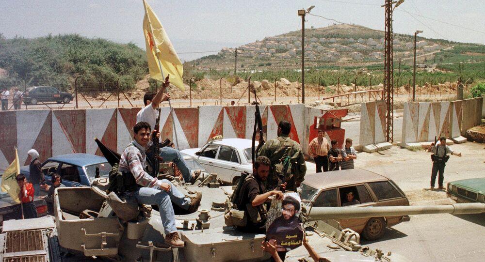 مسلحو حزب الله عند الشريط الحدودي مقابل مستعمرة المطلة في جنوب لبنان
