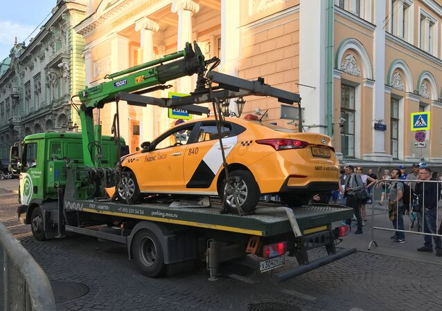 الشرطة الروسية تقوم بنقل سيارة أجرة فقد سائقها السيطرة عليها وصدم مارة على الرصيف