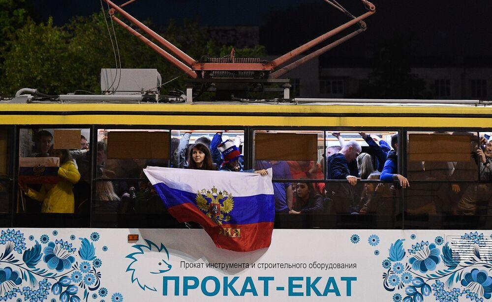 المشجعون الروس يفرحون بالفوز في مباراة مرحلة المجموعات من كأس العالم 2018 بين الفريقين الروسي والمصري في يكاترينبورغ