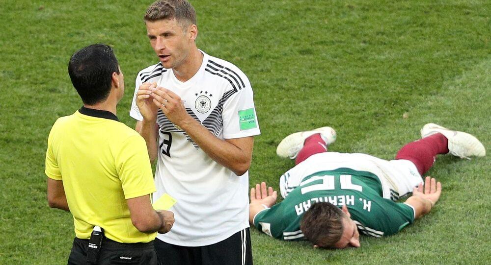 الحكم علي رضا فغاني وتوماس مولر وهيكتور هيريرا في مباراة ألمانيا والمكسيك