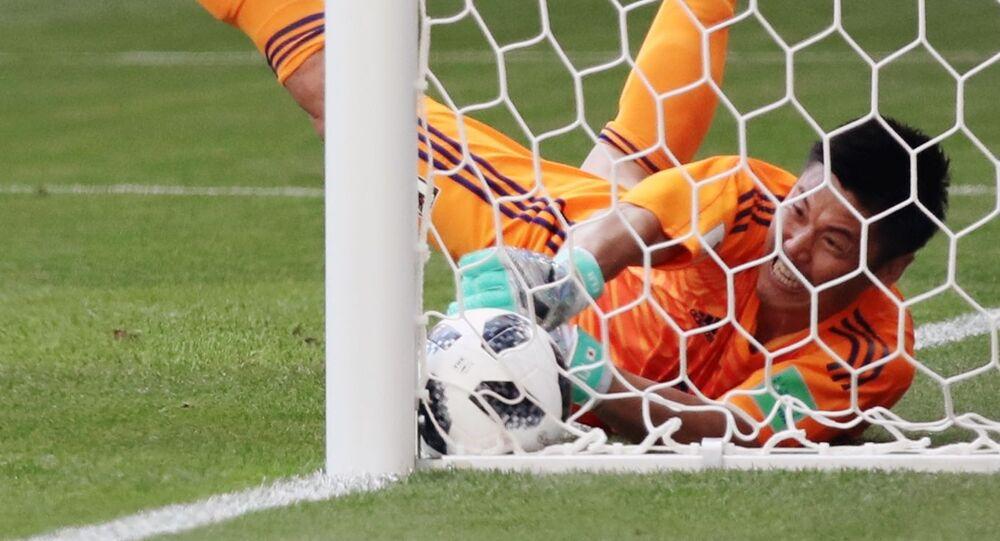 حارس مرمى المنتخب الياباني إيجي كاواشيما  يفشل في منع هدف أمام المنتخب الكولومبي