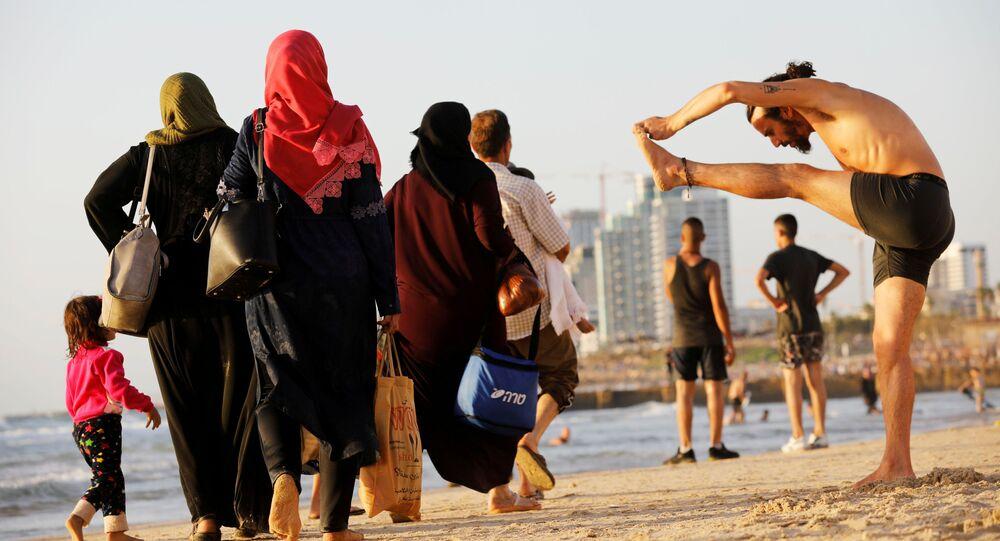 تجول الناس على شاطئ البحر في تل أبيب خلال عطلة عيد الفطر