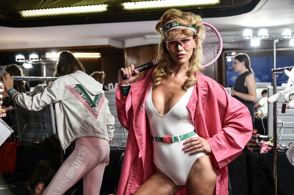 عارضة أزياء خلف الكواليس في مدينة ميلانو الإيطالية