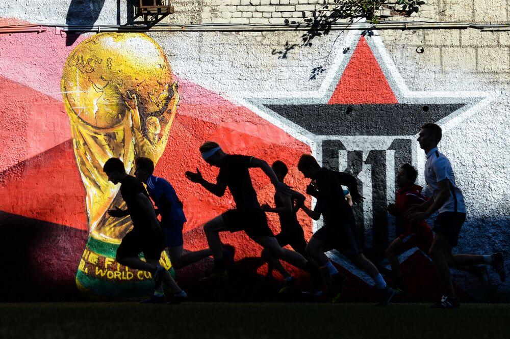 لاعبو كرة القدم الشباب خلال التدريبات في مدينة سان بطروسبيرغ الروسية