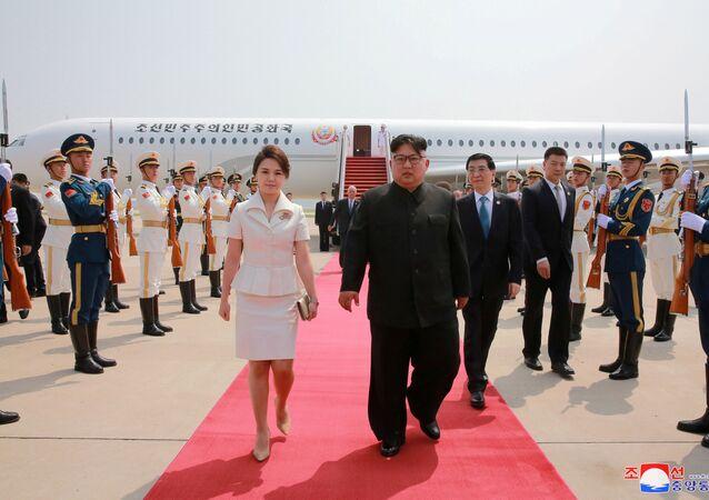زعيم كوريا الشمالية كيم جونغ أون وعقيلته في الصين