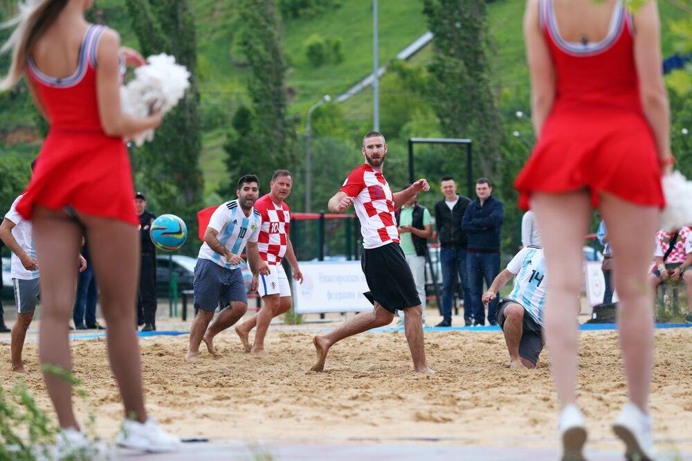 مباراة كرة قدم شاطئية بين مشجعي المنتخب الأرجنتيني و الكرواتي في مدينة نيجني نوفغورود الروسية