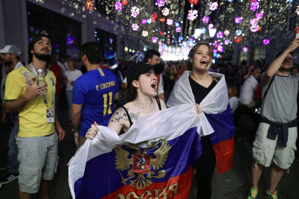 المشجعون الروس يحتفلون بالنصر على المنتخب المصري