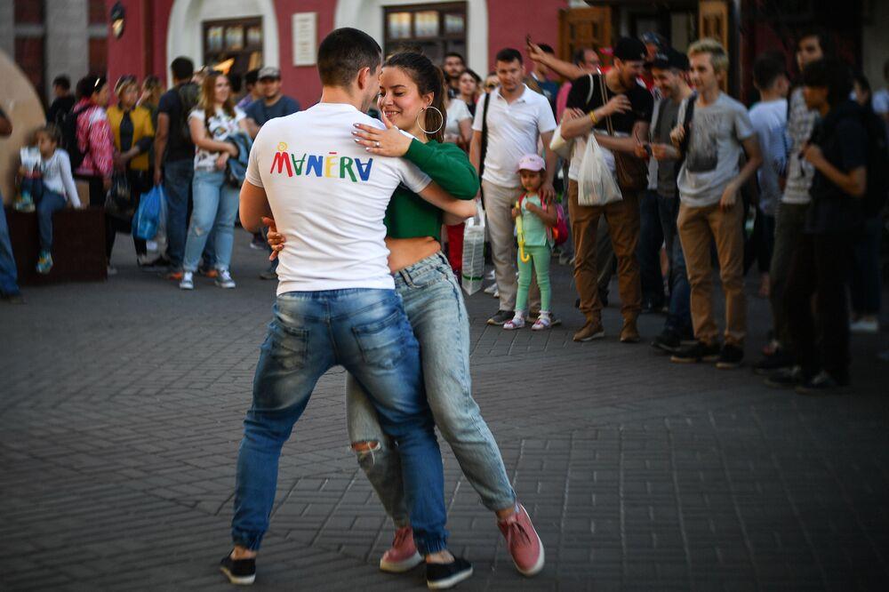 ثنائي من السياح يرقصون في أحد شوارع مدينة قازان الروسية