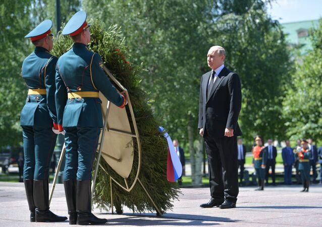 الرئيس الروسي فلاديمير بوتين يضع إكليلا من الزهور على قبر الجندي المجهول