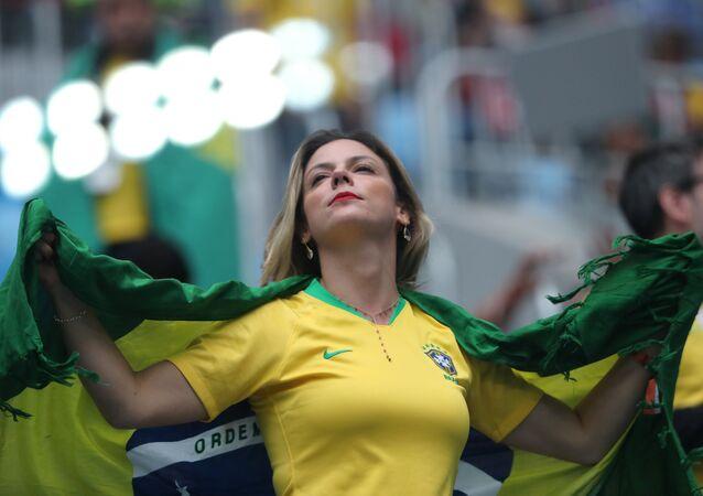 مشجعة برازيلية في مباراة البرازيل وكوستاريكا