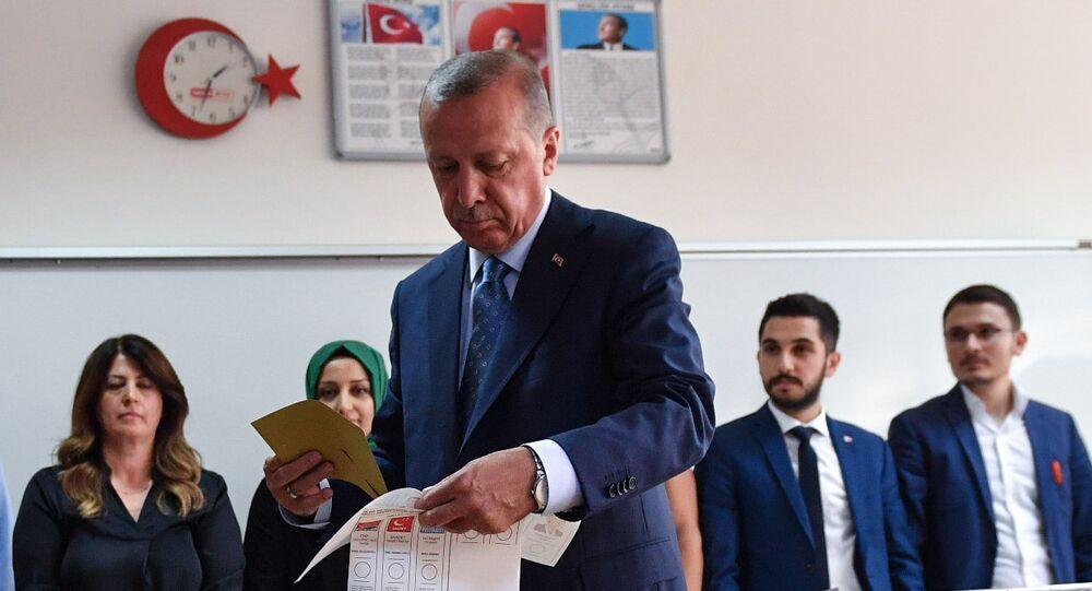 أردوغان يدلي بصوته في الانتخابات التركية