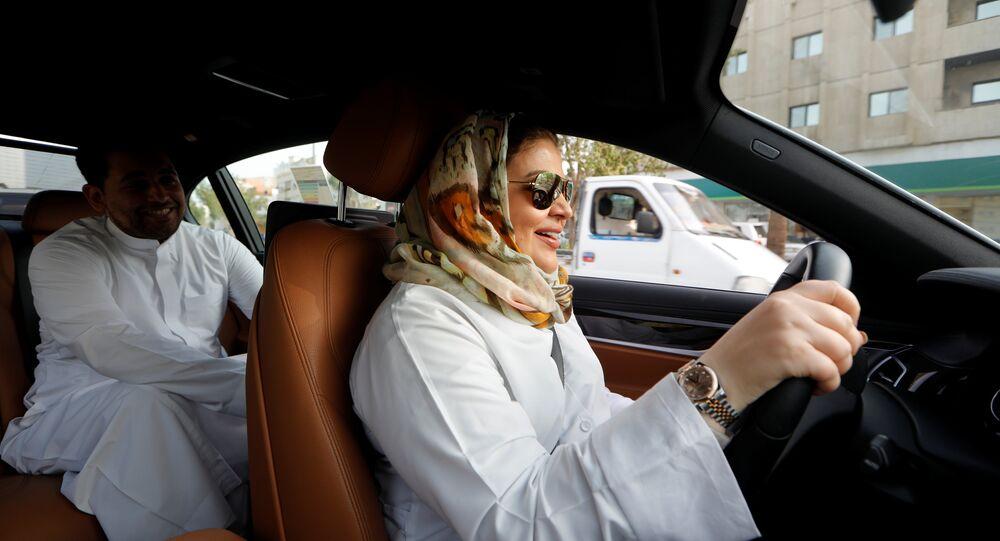 سيدة تقود السيارة في شوارع الرياض ومعها ابنها