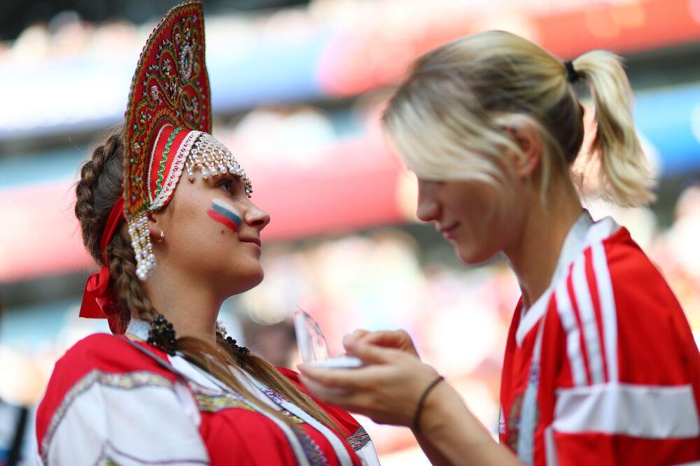 مشجعات روسيات يرسمن علم بلدهن