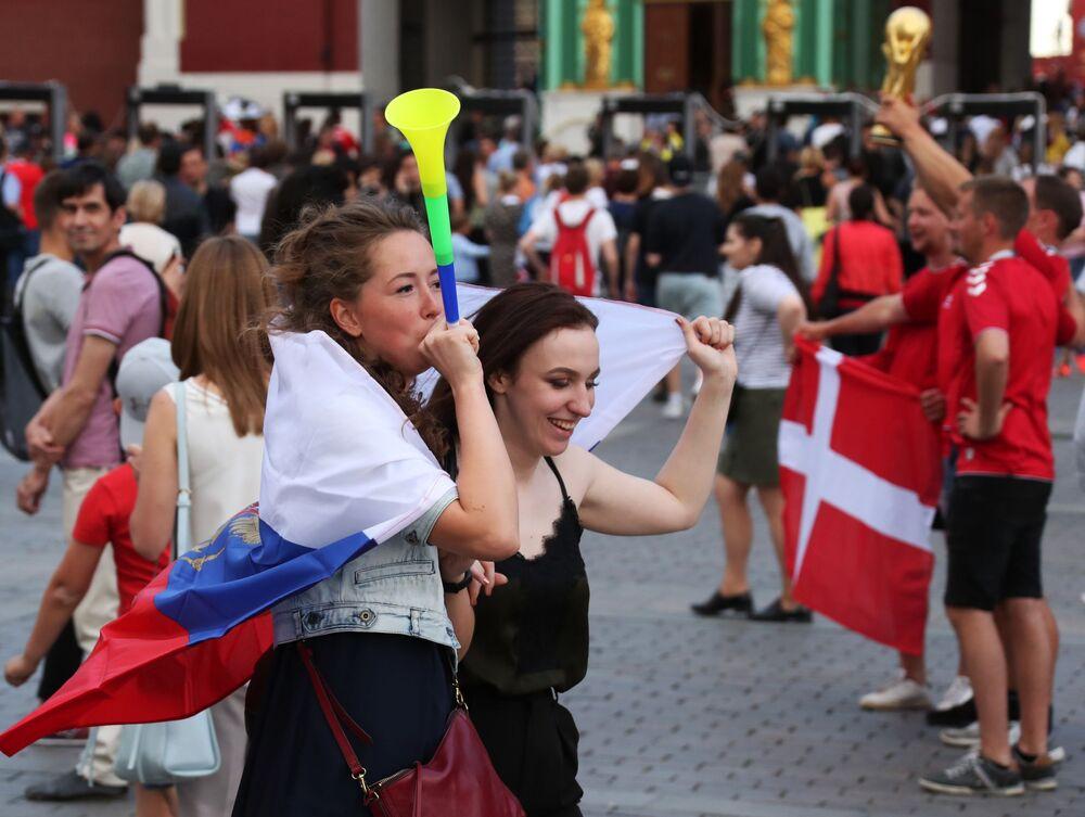 مشجعات روسيات يشاهدن المباراة التي جمعت منتخبي روسيا والأوروغواي