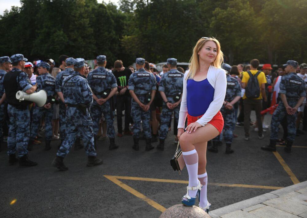 مشجعة روسية قبل المباراة التي جمعت منتخبي روسيا والأوروغواي تلتقط صورا تذكارية