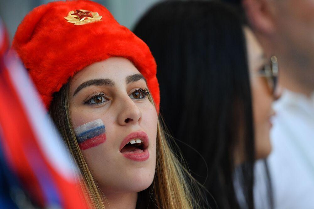 مشجعة روسية متفاجئة بنتيجة المباراة التي جمعت روسيا مع الأوروغواي وانتهت بنتيجة 3-0 لصالح منتخب الأوروغواي