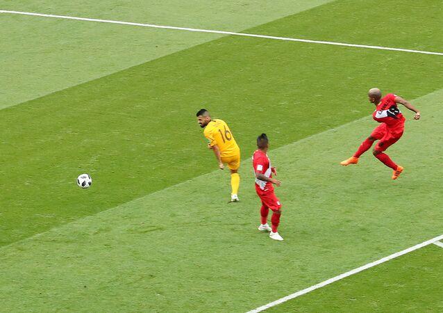 لاعب بيرو أندري كاريو في أثناء أحرازه هدف بلاده بكأس العالم 2018