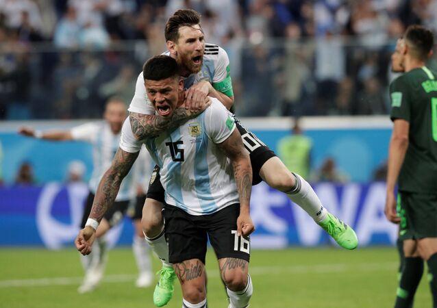 احتفال لاعبي الأرجنتين بالهدف الثاني