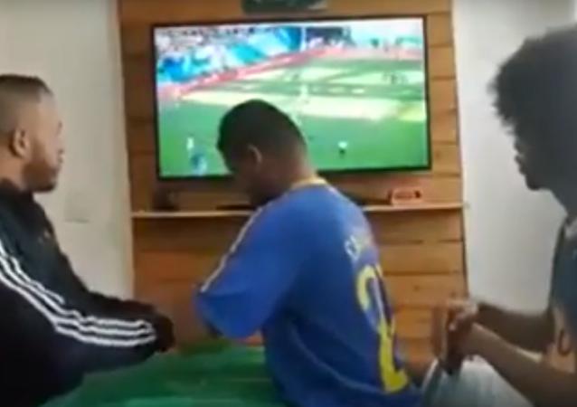 مشجع برازيلي أعمى وأخرس يعيش مجرايات مباراة منتخب بلاده