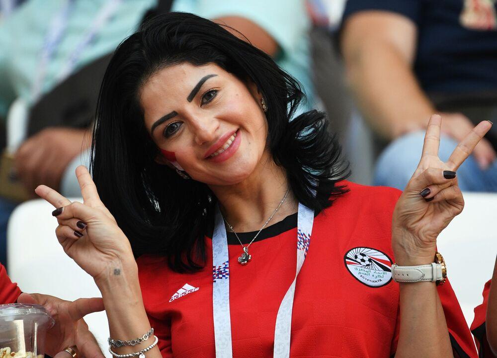 مشجعة مصرية قبل بداية مباراة مصر مع السعودية