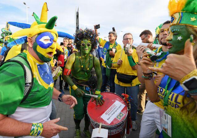 مشجعو المنتخب البرازيلي قبل بدء مباراة البرازيل وسويسرا في روستوف على الدون.