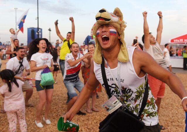 مشجعون روسي يحتفلون بفوز فريق المنتخب الروسي يوم أمس الأحد، في مباراة ضد المنتخب الإسباني، 1 يوليو/ تموز 2018