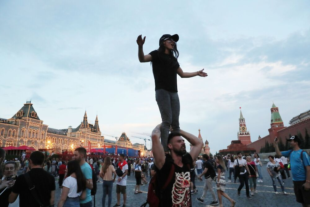 مشجعون روس يحتفلون بفوز فريق المنتخب الروسي يوم أمس الأحد، في مباراة ضد المنتخب الإسباني، 1 يوليو/ تموز 2018