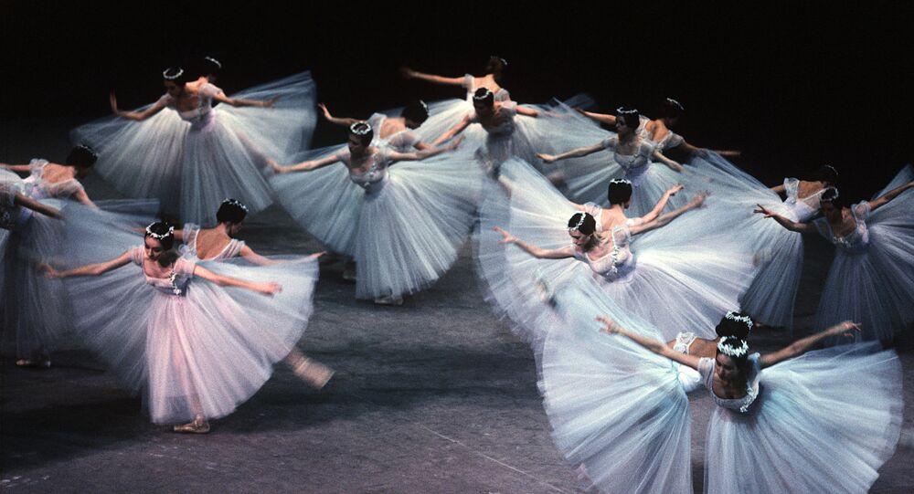 راقصات الباليه في مسرح بلشوي في موسكو